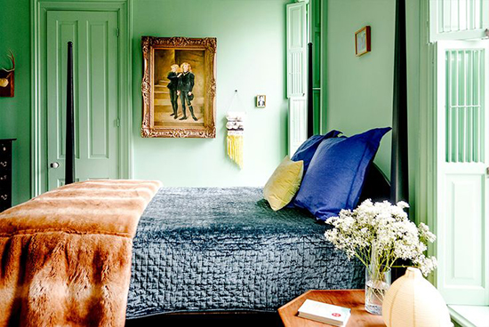 Bright green for the bedroom. I wish I had the skill to pair colours like this but I would probably just throw in lots of white and end up with a completely different look! // Spotted on SoFreshAndSoChic.com #sofreshandsochic #brightgreenbedroom