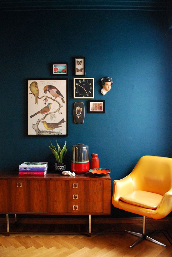 Dark blue walls in a mid-century modern living room. Spotted on SoFreshAndSoChic.com #sofreshandsochic #darkblue #midcenturymodern