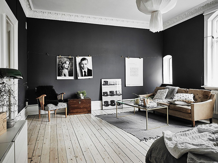 So Fresh & So Chic // Black walls, light floors in living room - #homedecor #interiordesign #scandinavianstyle #sofreshandsochic