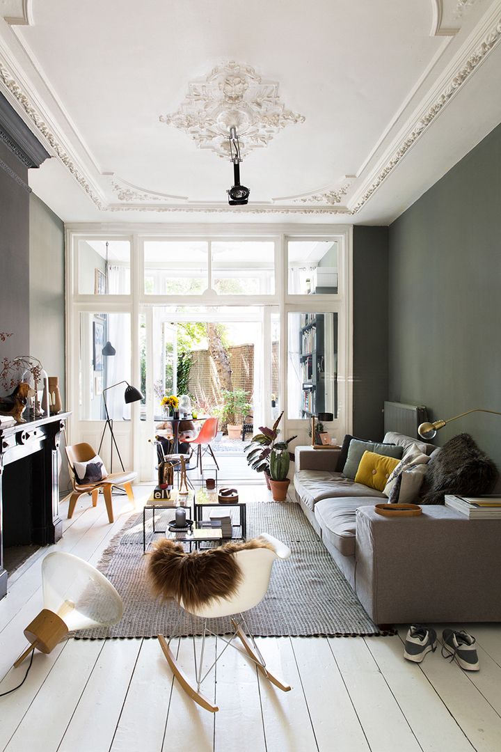 So Fresh & So Chic // living room with dark grey walls, white wood floors, white ceilings, mouldings and walk out to backyard - #sofreshandsochic #homedecor #interiordesign #scandinavianstyle